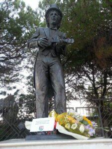 Statua di Rino Gateano a Crotone
